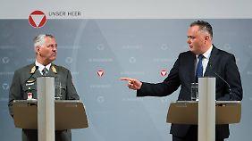 Brigadier Karl Gruber und Verteidigungsminister Doskozil verkünden das Aus für das Airbus-Flugzeug.