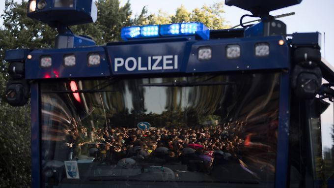 Im Visier der Polizei: Die Behörden sollten nach Ansicht von Justizminister Maas ihr Wissen über Extremisten künftig europaweit austauschen.