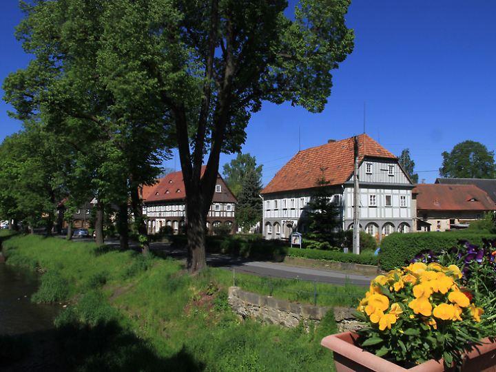 Wunderschöne Umgebindehäuser zieren die Dörfer im Länderdreieck zwischen Sachsen, Polen und Tschechien.