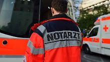Kopfhörer im Straßenverkehr: Tram verletzt jungen Mann schwer