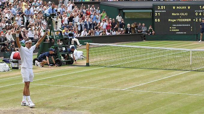 Triumph im Wohnzimmer: Roger Federer ist ab sofort alleiniger Rekordhalter in Wimbledon.