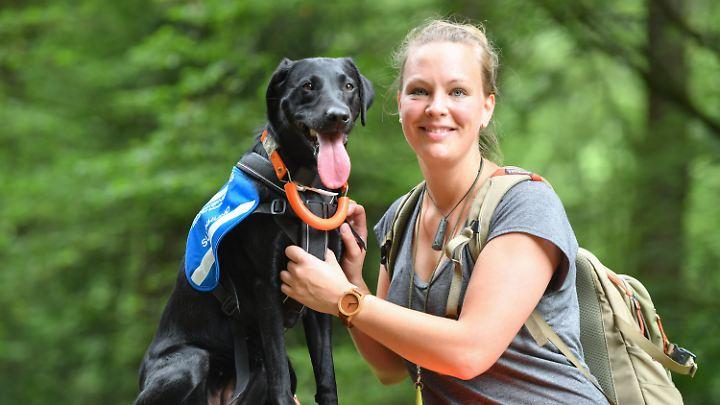 Labrador-Hündin Maple und Trainerin Laura Hollerbach sind regelmäßig im Wald unterwegs und trainieren zusammen.