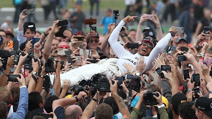 So feiern Sieger: Lewis Hamilton.