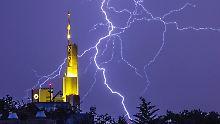 Blitze erleuchten Tropen-Nächte: Hitzetage von Gewitterstaffeln begleitet