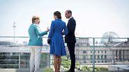 """... entschädigt Merkel mit einem Blick über das Regierungsviertel. Offiziellen Angaben zufolge will Merkel mit ihnen auch über """"europapolitische Fragen"""" sprechen. Sie dürften sich wohl einiges über den Brexit zu sagen haben, die Deutsche und die beiden Briten."""
