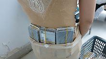 Dick eingepackt durch den Zoll: Frau schmuggelt 102 iPhones am Körper