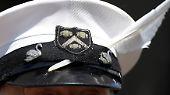 """Seit 24 Jahren trägt David Barber den Titel """"The Queen's Swan Marker"""". Sein Kennzeichen sind eine rot-weiße Uniform und eine Mütze mit Schwanenfeder."""