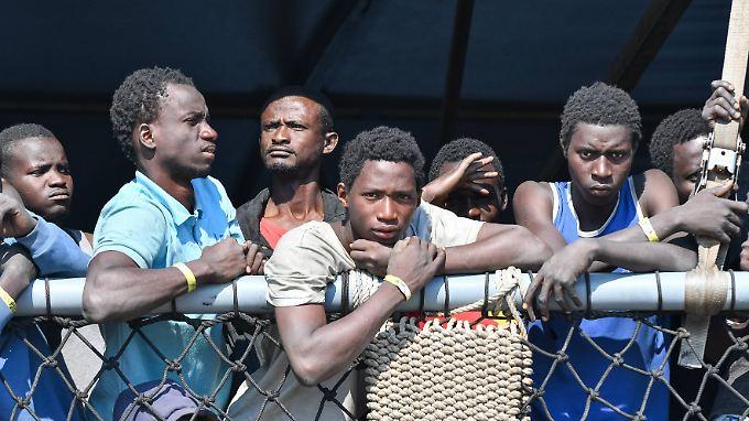 """Die """"Rhein"""" der Bundesmarine brachte kürzlich an einem Tag 919 Migranten in den italienischen Hafen Corigliano Calabro."""