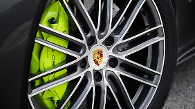 Neongrüne Bremssättel machen den Turbo S E-Hybrid unverwechselbar.