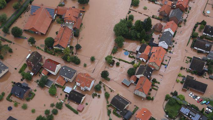 Die Ortschaft Rhüden in Niedersachsen steht zu großen Teilen unter Wasser.