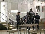 Messerstecher sollte ausreisen: Polizisten durchkämmen Flüchtlingsheim