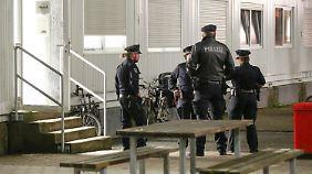 Nach dem Anschlag durchsuchte die Polizei die Flüchtlingsunterkunft, in der der Mann untergebracht war.