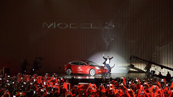 Elon Musk präsentiert das Model 3, mit dem Tesla in den Massenmarkt vordringen will.