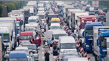Stillstand an 3000 Abschnitten: Tausende warten wegen Ferienstarts im Stau