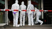 Nach dem tödlichen Messerangriff am Freitag untersuchen Ermittler den Tatort.