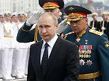 Russlands Präsident Putin (hier auf einer Militärparade in St. Petersburg) reagiert auf die neuen Sanktionen der USA gegen sein Land.