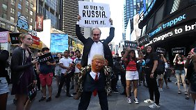 Ein Demonstrant in New York protestiert gegen die Verbannung von Transgender-Soldaten aus der US-Armee - und wirft Trump eine zu große Nähe zu Putin vor.