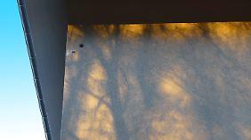 Durch die Löcher kann Feuchtigkeit in die Dämmung eindringen.