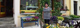 Marina vor ihrem Blumenladen
