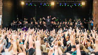 Der Metal-Mythos lebt: Wacken startet mit Blaskapelle und Bier-Pipeline