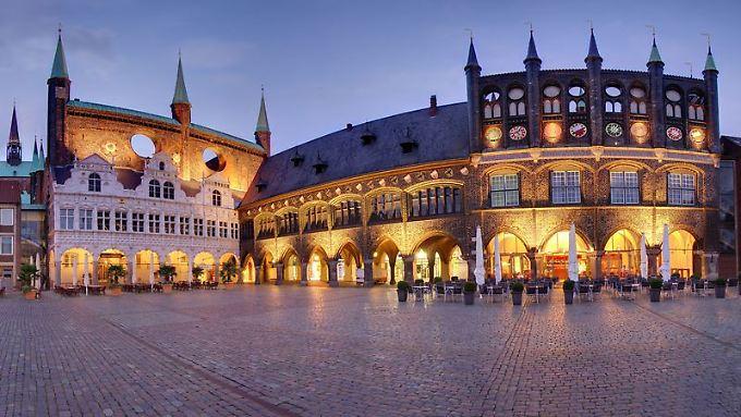 Abendstimmung am Rathausmarkt in Lübeck: Die Stadtverwaltung ist das prunkvollste Gebäude, das die Stadtherren während der Hansezeit bauten.