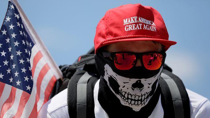 Ein Teilnehmer einer Demonstration weißer Nationalisten in Washington zeigt sich mit einer Mütze aus dem Trump-Wahlkampf.
