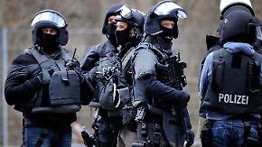 Filmreife Verfolgungsjagd: Krimineller entwischt schwer bewaffnetem SEK