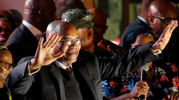 Jacob Zuma feiert nach der Abstimmung ...