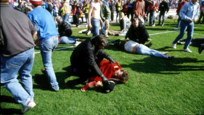 Fans und Ordner kümmern sich um Verletzte.