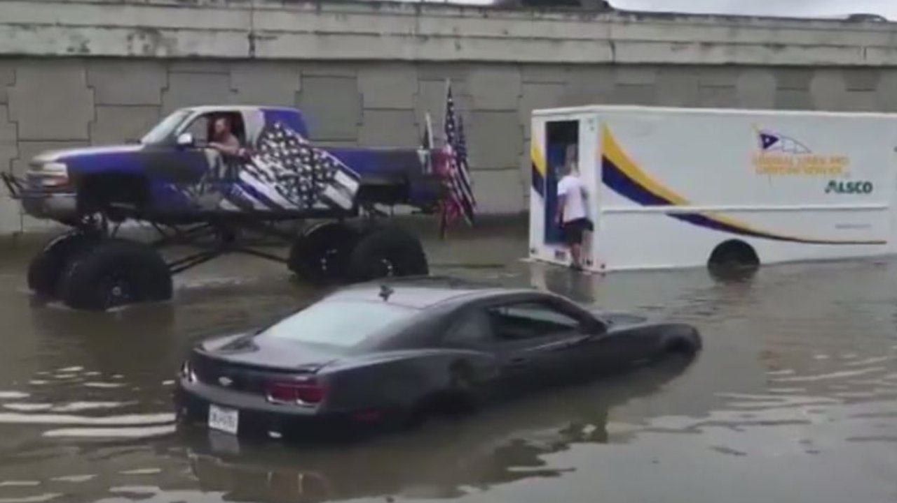 Kaum zu glauben, aber wahr: Monster-Truck-Fahrer trotzt Wassermassen ...