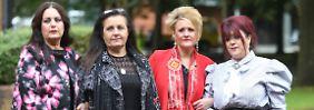 """""""Ohne Verantwortung keine Gerechtigkeit"""": Donna Miller, Michelle miller, Louise Brookes und Christine Burke vor dem Gericht in Warrington. Sie alle trauern um Angehörige, die bei der Hillsborough-Katastrophe starben."""