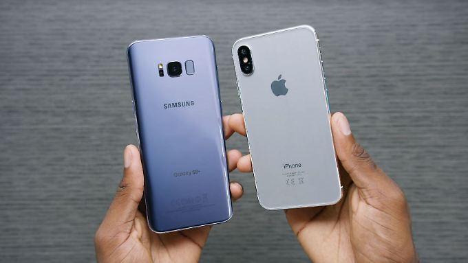 Marques Brownlee hält das (nicht echte) iPhone 8 neben ein echtes Galaxy S8.