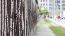 Blumen in den Überresten der Berliner Mauer erinnern an der Gedenkstätte Bernauer Straße an die Mauertoten.