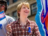 Von Whistleblower zu Lady in Red: Chelsea Manning posiert im Badeanzug