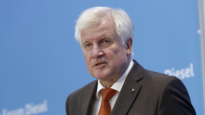 Der CSU-Vorsitzende Horst Seehofer sieht die Abschiebung abgelehnter Asylbewerber sehr skeptisch.