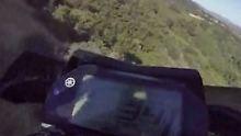 Unfall mit GoPro gefilmt: Motorradfahrer stürzt in 80 Meter tiefen Abgrund