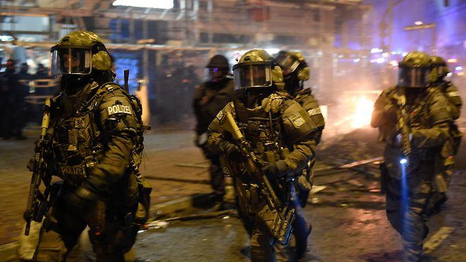 Spezialkräfte sichern das Schanzenviertel mit scharfen Waffen.