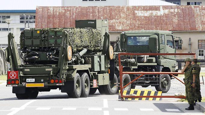 Ein Raketenabwehrsystem vom Typ PAC-3 erreicht das Gelände einer Garnison bei Hiroshima.