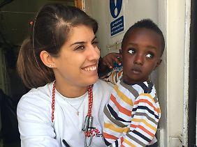 Alice Gautreau betreut Frauen, Mädchen und Kinder, die aus dem Mittelmeer gerettet wurden.