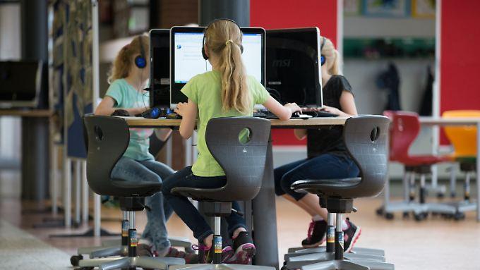 Computerarbeitsplätze an einer Schule in Niedersachsen. Viele Schulen hängen bei der Digitalisierung hinterher.
