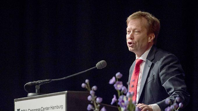Der Vorsitzende des Bundes Deutscher Verwaltungsrichter, Robert Seegmüller, fordert mehr Personal, um die Flut an Asylanträgen zu bewältigen.
