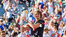 Alexander Zverev genießt seinen Sieg gegen sein Kindheitsidol Roger Federer.