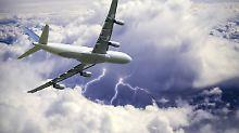 Flugpassagier will Entschädigung: Gibt es bei Verspätungen durch Blitze Geld?