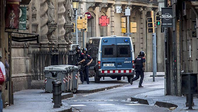 Schwerbewaffnete Polizisten suchten am Nachmittag die Umgebung von Las Ramblas nach den Tätern ab.