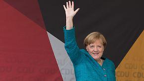 Schulz drängt auf Gerechtigkeit: Merkel wird ausgepfiffen - und führt souverän