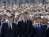 Reaktion auf Doppelanschlag: Tausende Menschen schweigen für die Opfer