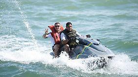 So schnell wird man zum Kriminellen: das Originalfoto von Lukas Podolski beim Jet-Ski-Fahren in Brasilien.