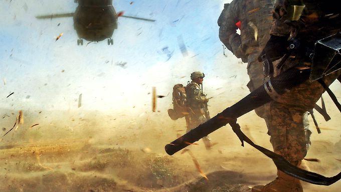 US-Fallschirmjäger vor dem Absprung über Afghanistan