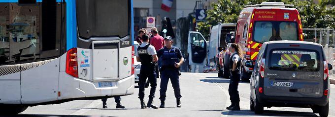 Breaking News: Auto fährt in Marseille in Bushaltestellen - ein Toter
