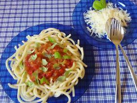 Meine Tomatensauce: Stückig und schön scharf, pikant und aromatisch.